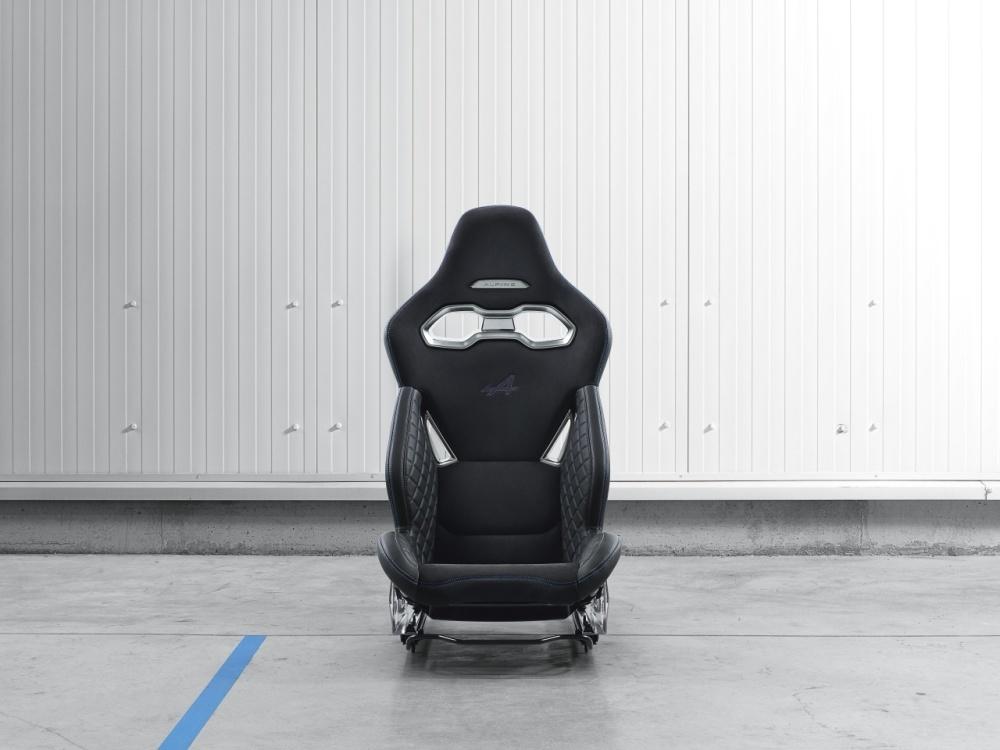 Kubełkowy fotel Sabelt - wyposażenie Alpine A110