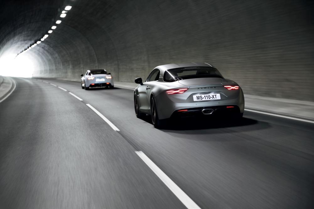 Tył Alpine A110S opodczas jazdy w tunelu